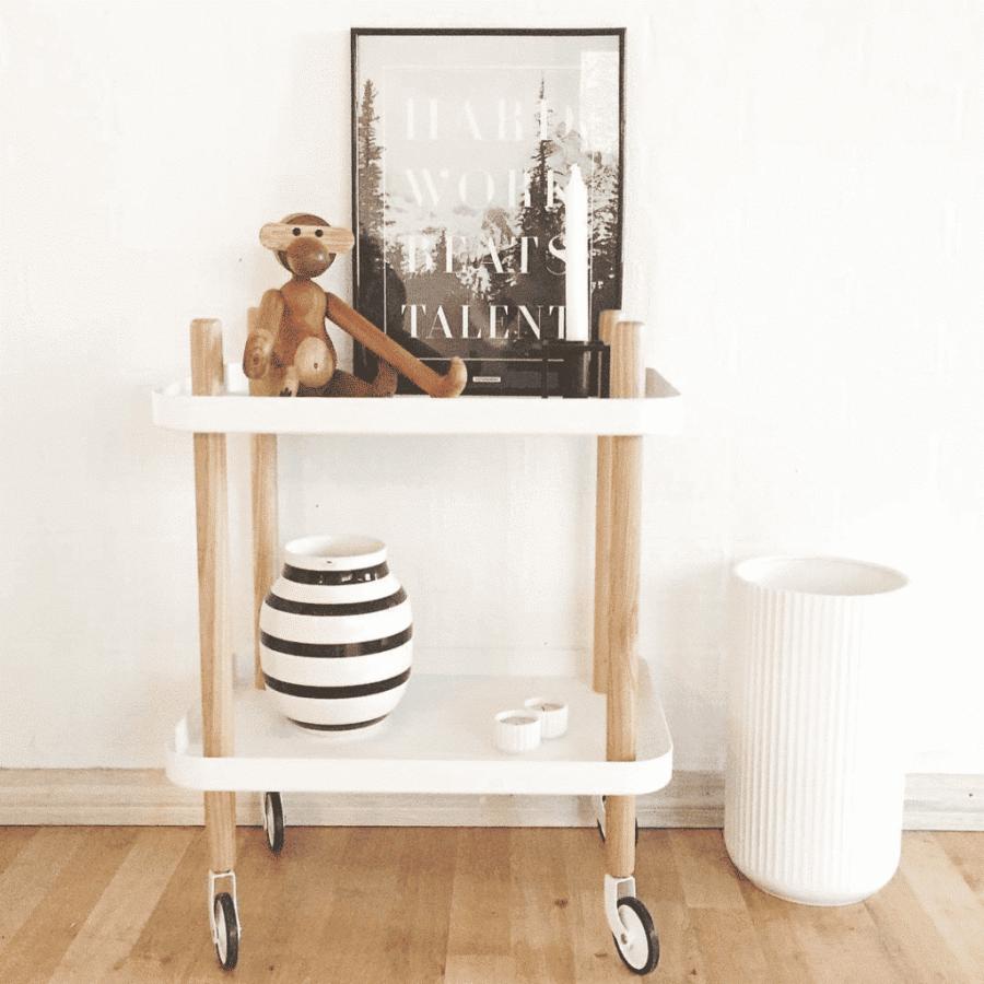 Hard Work på rullebord ved siden af Kay Bojesen abe, Kahler vase og hvid Lyngby vase