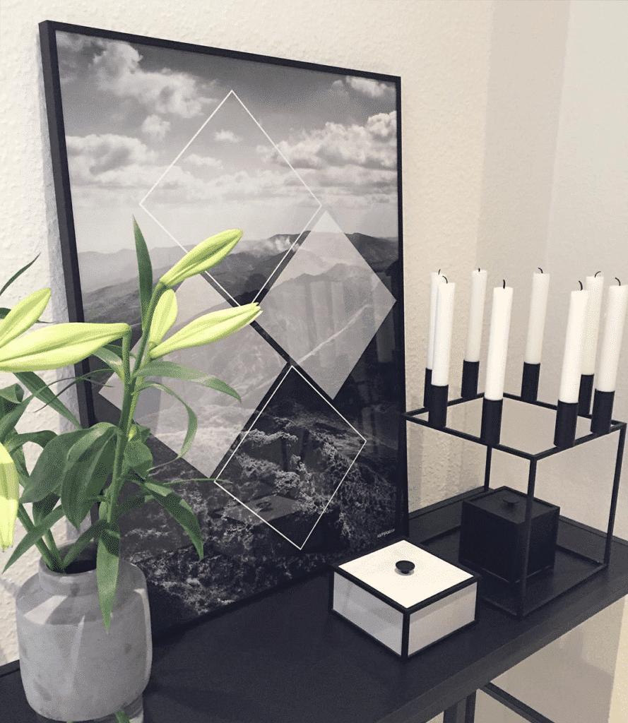 Mountain Square på reol med kubus lysestage og grå vase