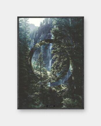 Serenity plakat - Grøn natur billede med skove og klipper i sort ramme