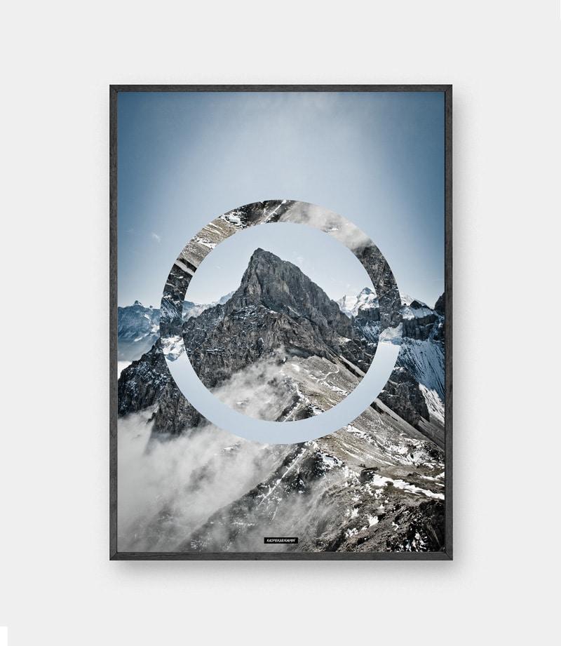 Sky high plakat - Natur billede med blå himmel og bjerge i sort ramme