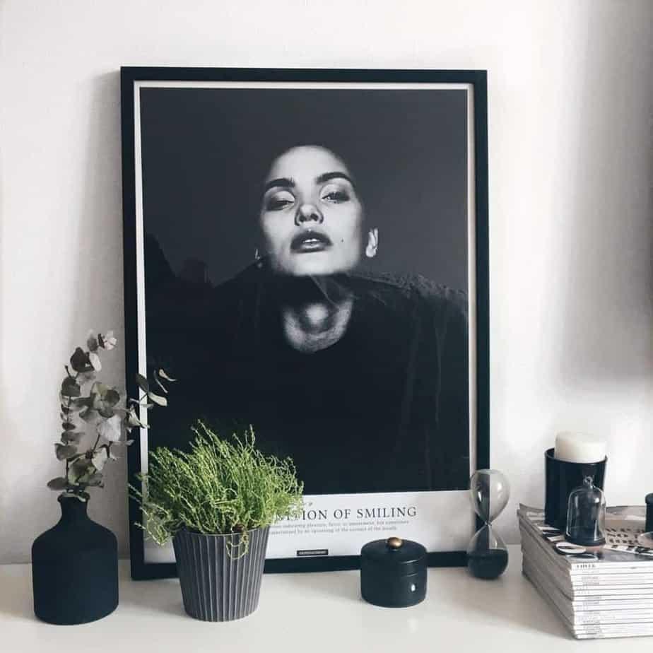 Smile er en sort hvid plakat i sort billederamme