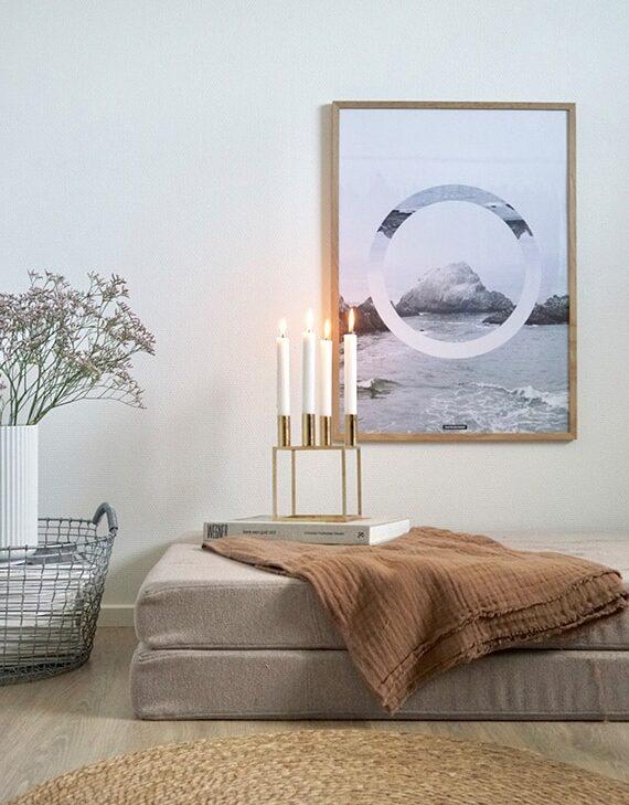 The Sea plakat i stuen med kubus lysestage i lys egetræ ramme