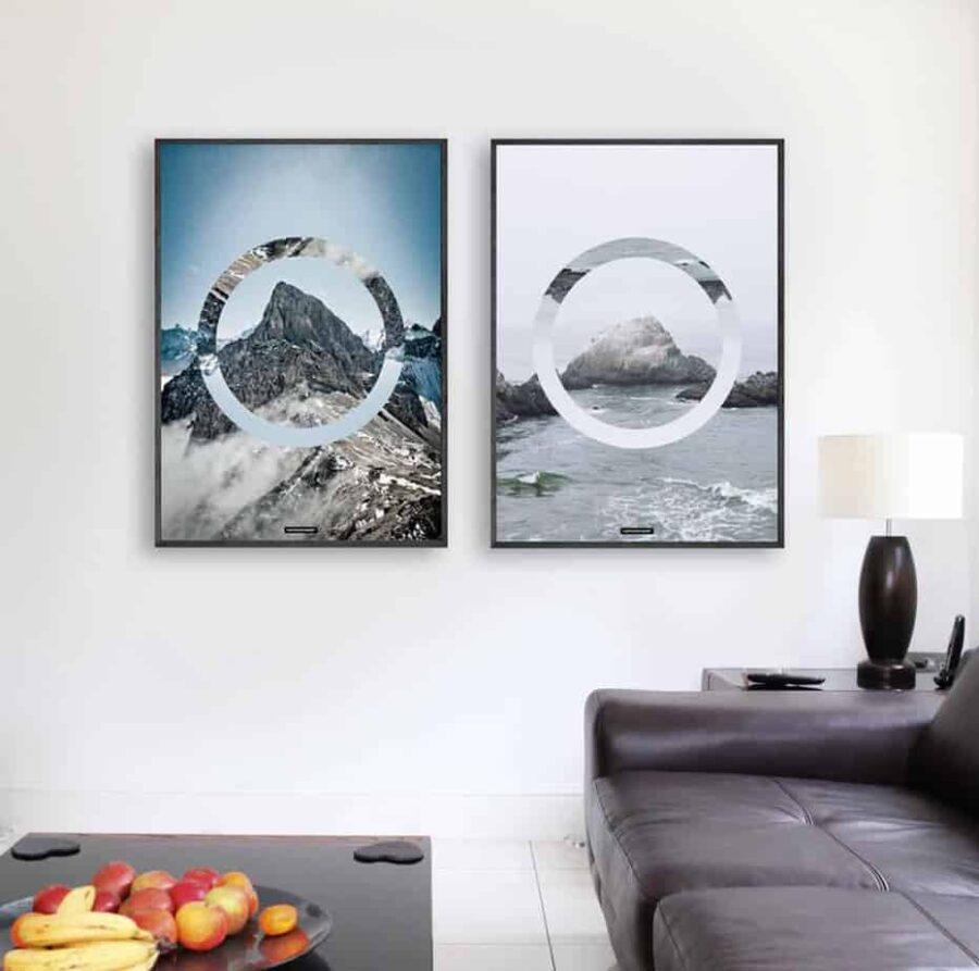To lyse plakater ved siden af hinanden med sort billederamme i stuen