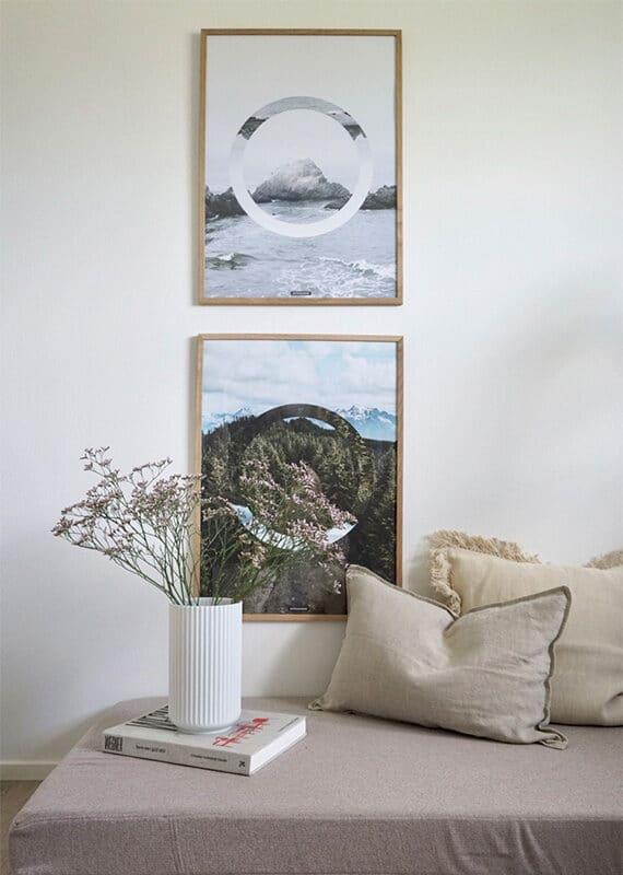 The Sea og The Forest II i stuen i lyse egetræ rammer