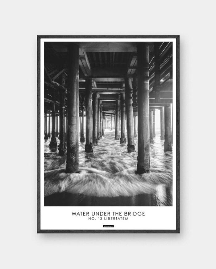 Libertatem plakat - Sort hvid billede under en bro