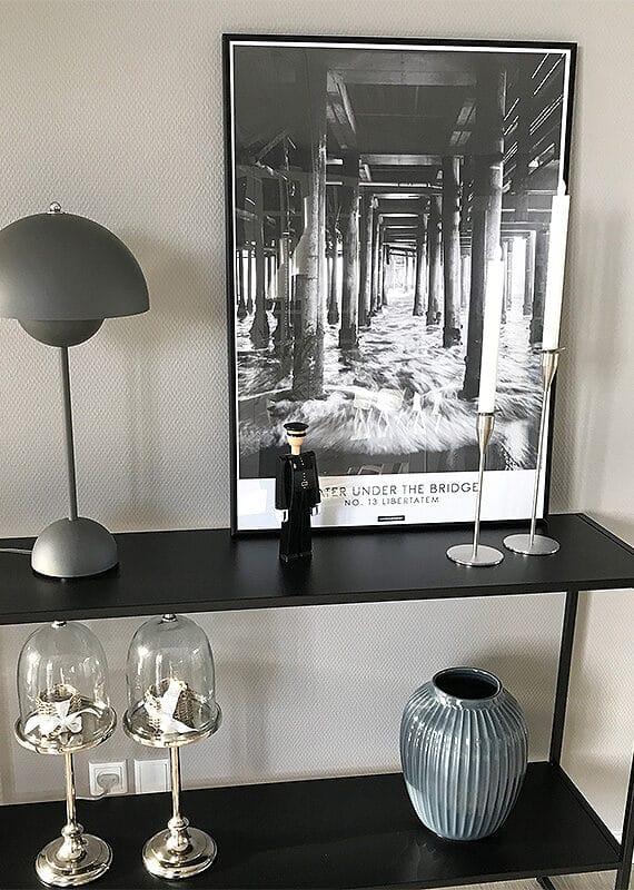 Sort hvid fotokunst plakat med navn Libertatem på sort hylde med sort aluminium ramme