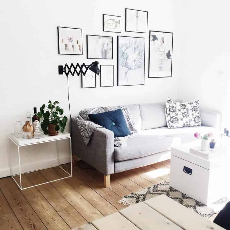 Billedvæg med store og små billeder over sofaen i stuen