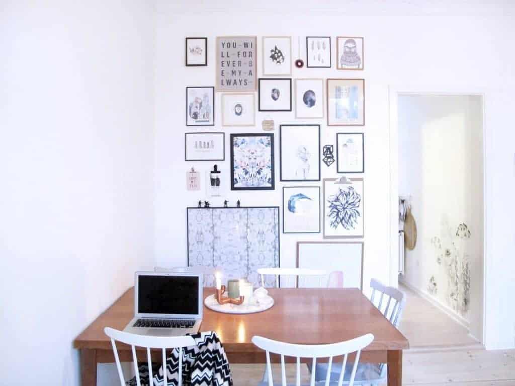 Billedvæg hængende i stuen med mange billeder