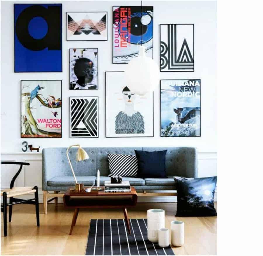 Stor lodret billedvæg i stuen over sofa