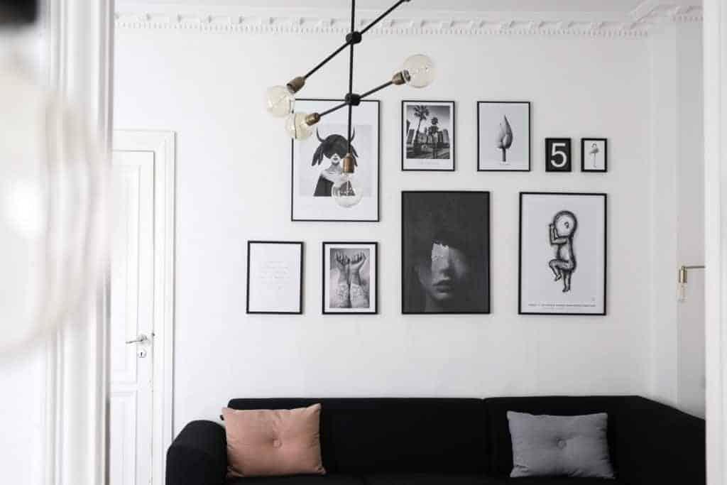 hænge billeder op på murstensvæg