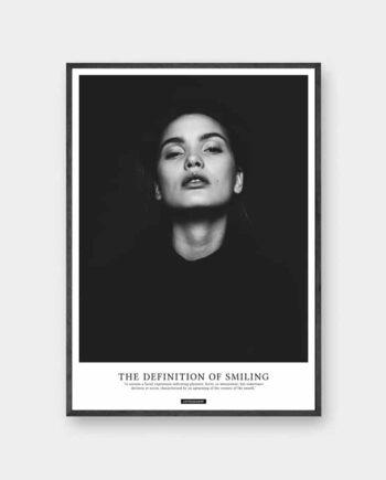 Smile plakat - sort hvid portræt billede af kvinde med defination tekst i sort ramme