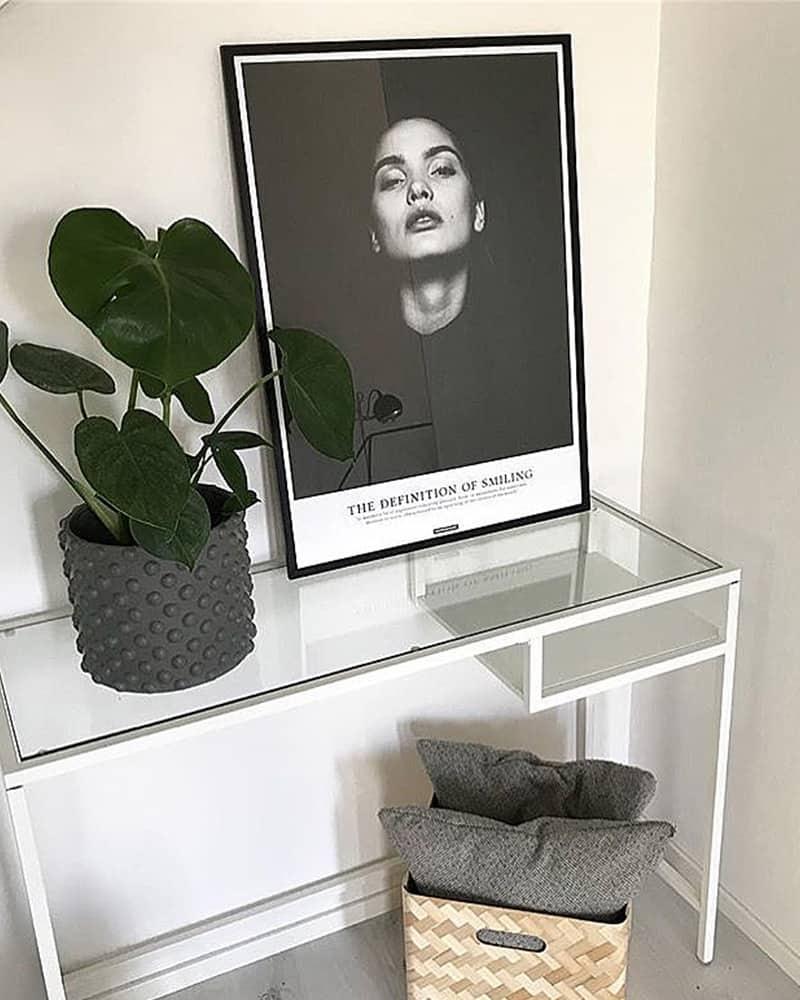 Smile plakat - sort hvid fotokunst portræt af kvinde