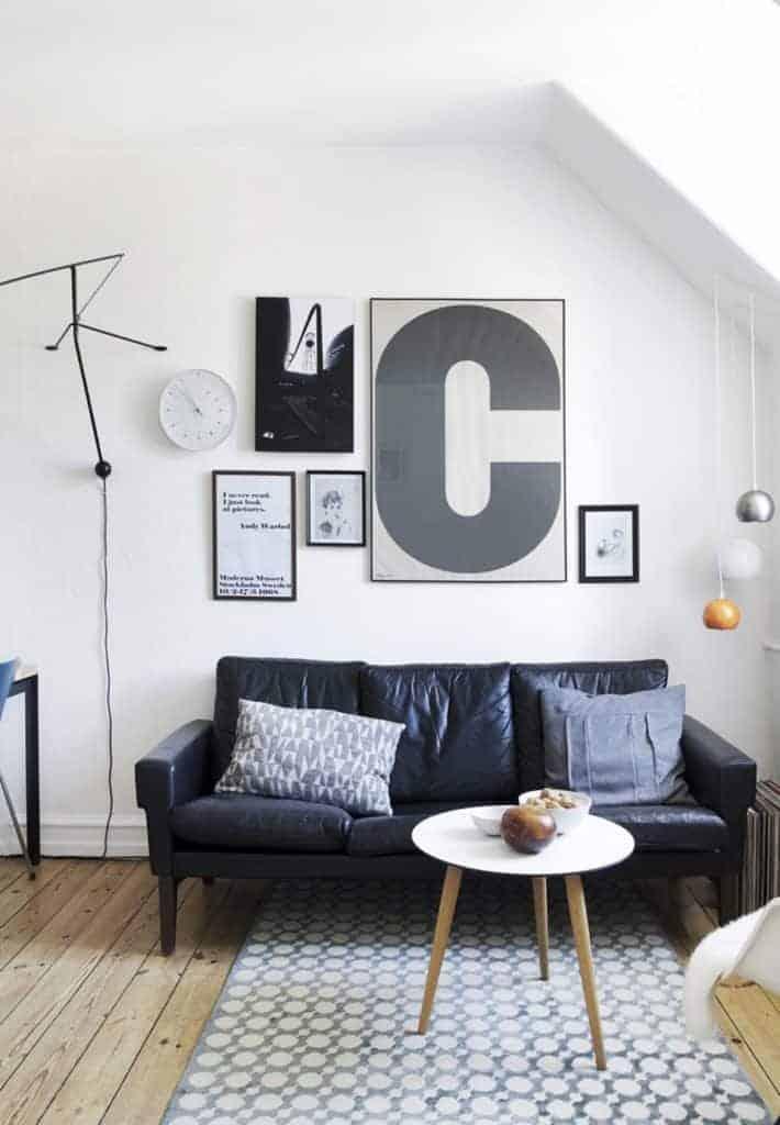 Lille billedvæg hængende over sofa i stuen
