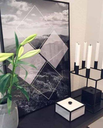 Sort hvid design plakat med sort lysestage og vase