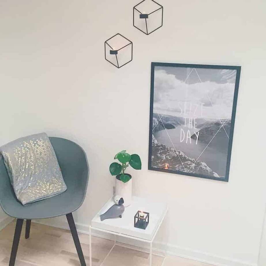 sort hvid plakat med lysestager og design stol