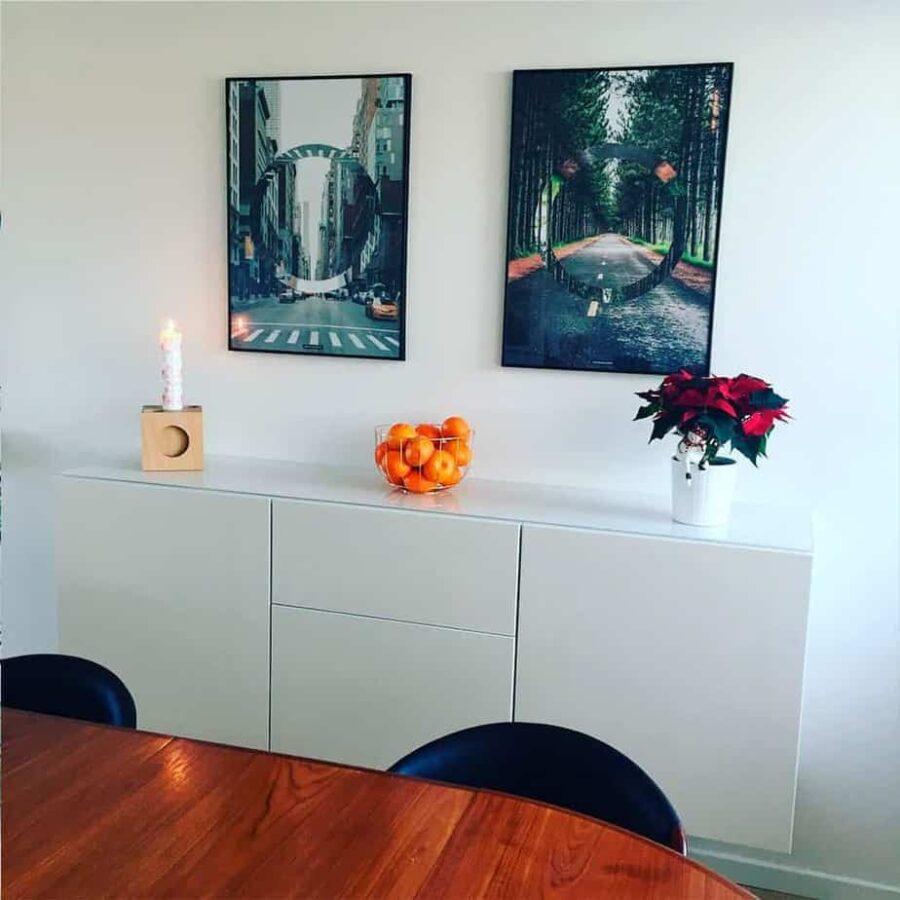 Natur plakater over hvid kommode med spisetræbord
