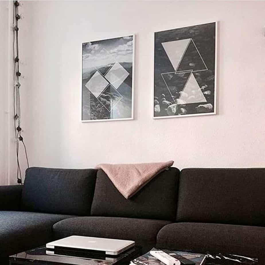 Sort hvid billeder hængende over sort sofa i hvid billederammer