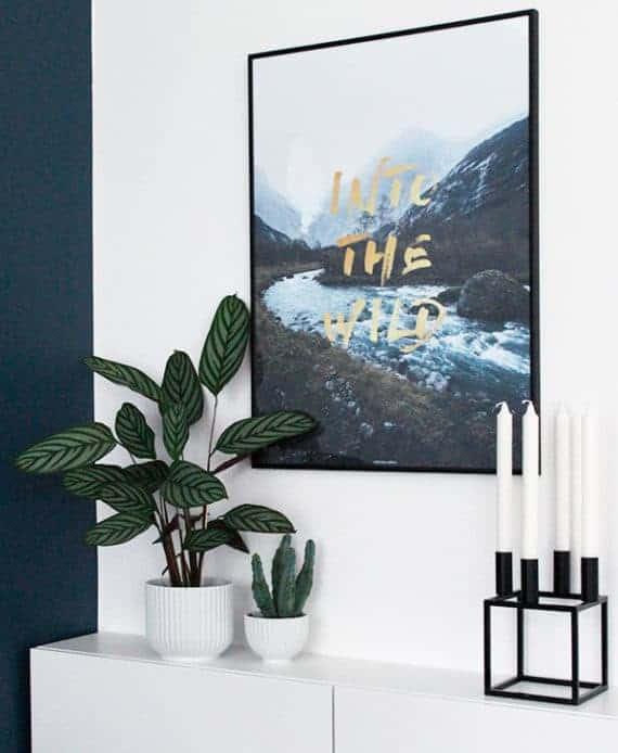 Into The Wild plakat med natur motiv og abstrakt guld tekst