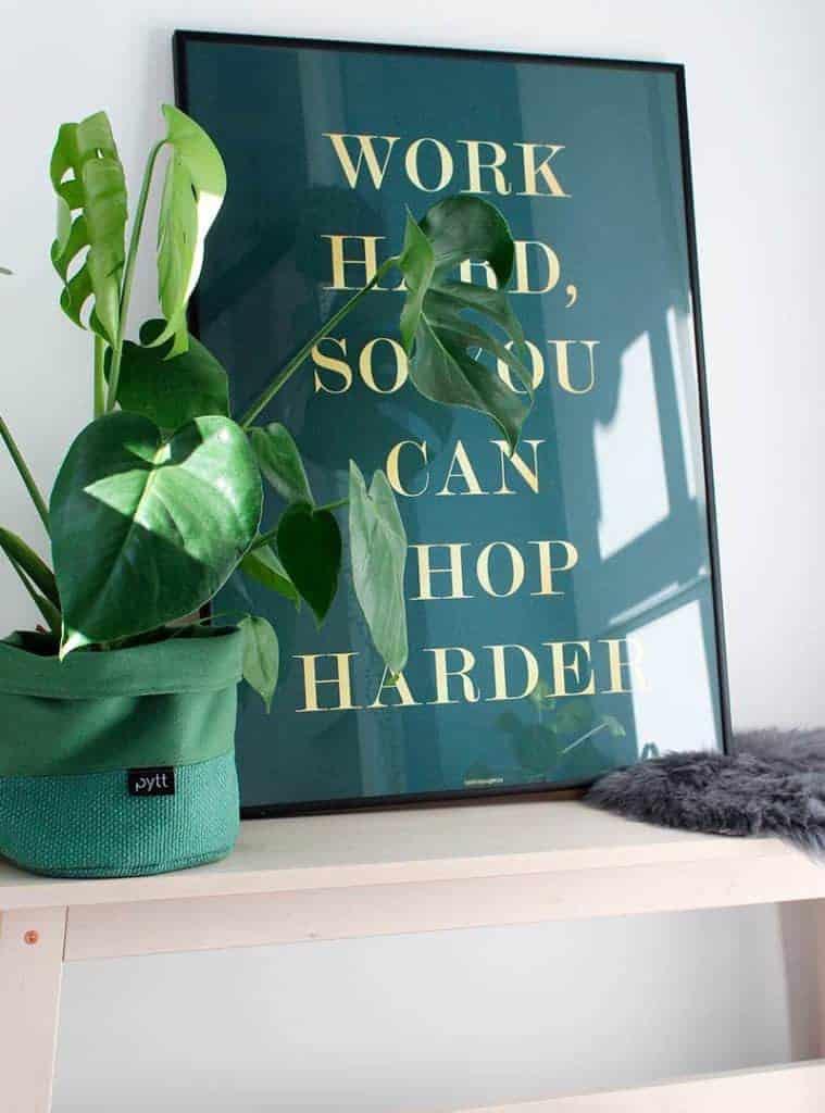Humoristisk shopping plakat med tekst - Shop Harder plakat
