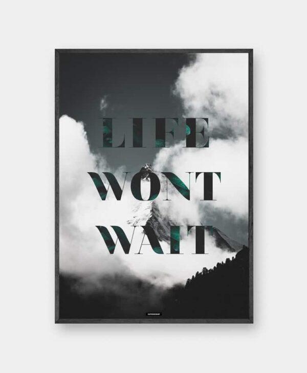 Life Wont Wait plakat med tekst i mørk ramme
