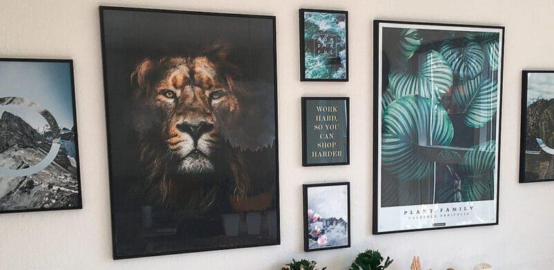 Billedvæg med plakater og posters i forskellige størrelser