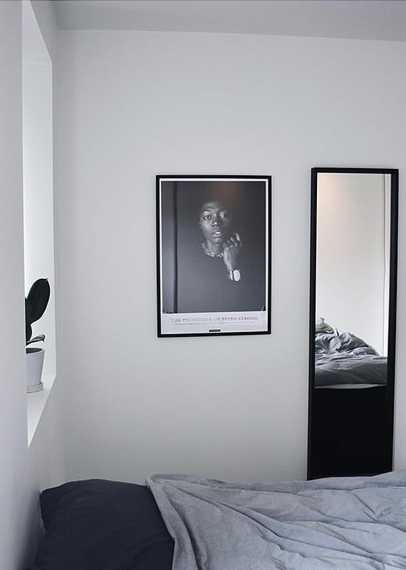 Strong plakat i sort hvid med kvinde i soveværelset