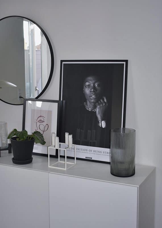 Sort hvid portræt foto af mørk kvinde med budskabet STRONG