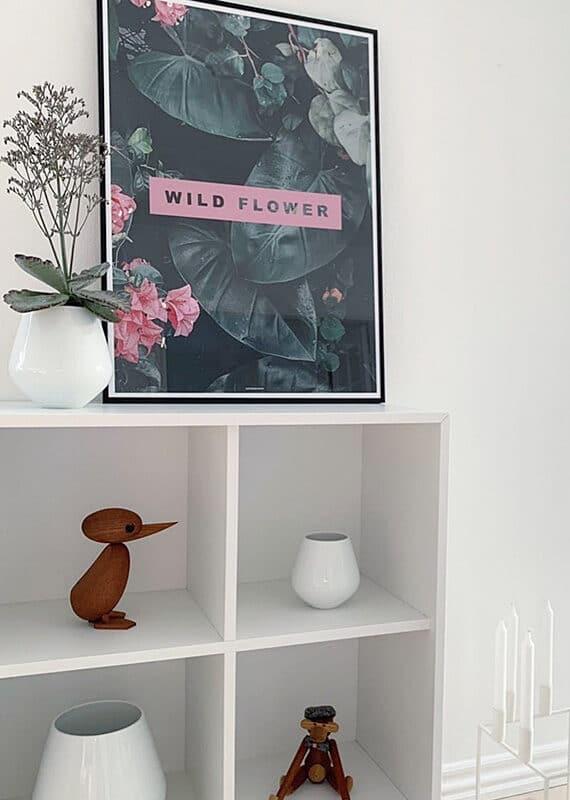 Wild Flower plakat på hvid kommode