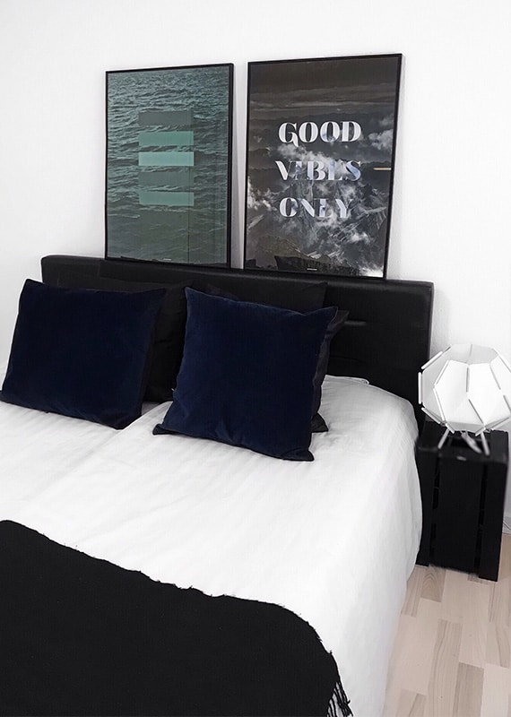 Green Shades og Good Vibes Only natur og tekst plakat i soveværeslet over sengen