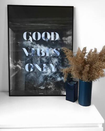 Good Vibes Only natur og tekst plakat på kommode