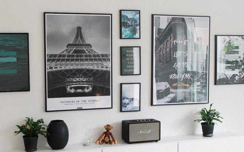 Mange plakater i en nordisk billedvæg i stuen - kasperbenjamin
