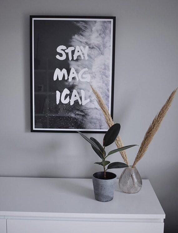 Stay magical plakat over hvid kommode i stuen med mørk ramme