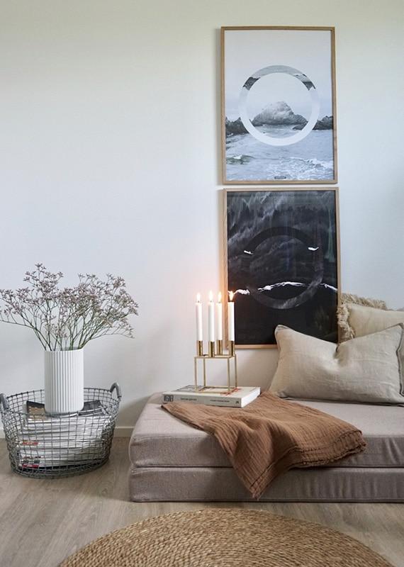 The Sea og The Beach plakat i stuen i lyse egetrærammer