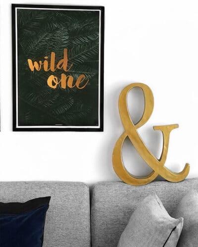 Wild One natur plakat over sofa i stuen i sort aluminium ramme