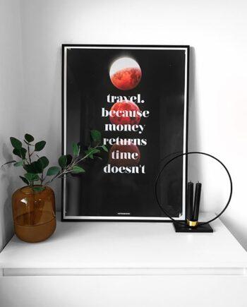 Travel tekst plakat med måner på hvid kommode i sort aluminium ramme