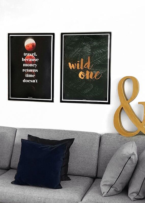Travel plakat og wild one plakat i stuen over sofaen i sorte aluminium rammer