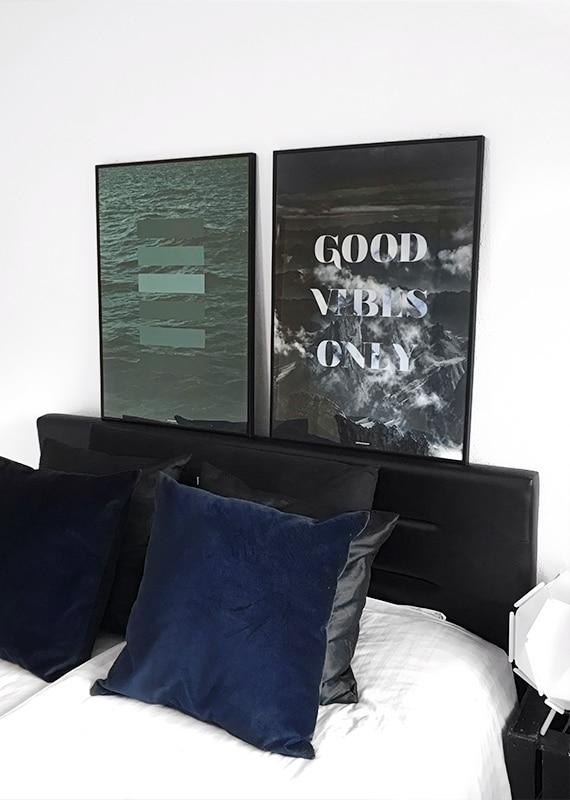 Matchende plakatsæt med GREEN SHADES plakat og GOOD VIBES ONLY plakat i soveværelset over sengen