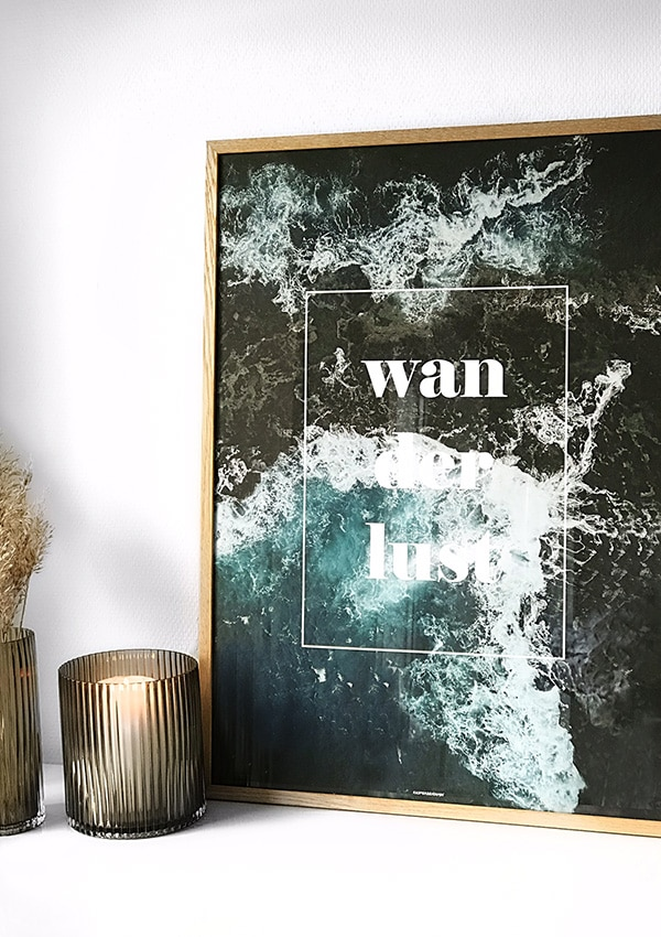 Wanderlust plakat - plakat med hav og tekst i massiv egetræ ramme