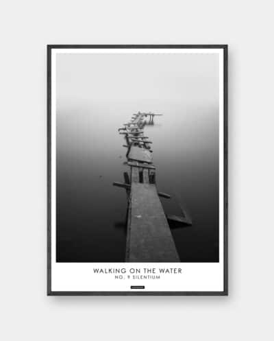 Silentium plakat - Sort hvid fotokunst motiv med havbro i mørk ramme