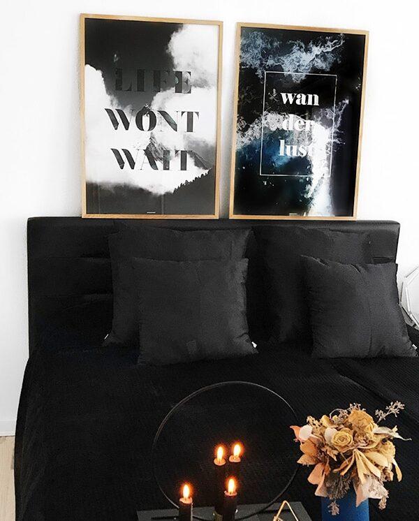 plakatsæt med life wont wait og wanderlust i egetræ ramme over sengen
